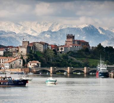 San Vicente de la Barquera con los Picos de Europa al fondo.